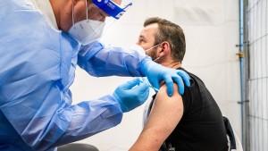 Warum lehnen so viele Pfleger die Corona-Impfung ab?