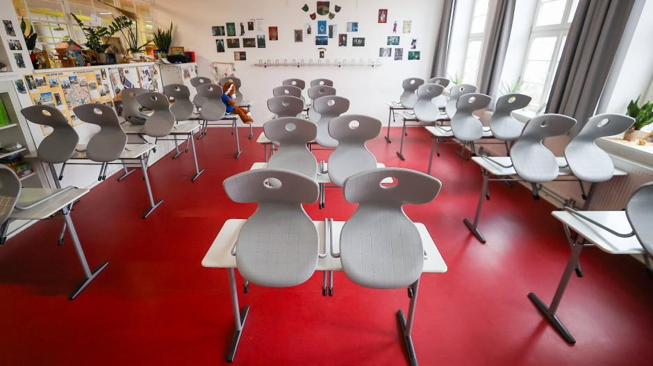 Leeres Klassenzimmer in einer Oberschule in Leipzig: Automatische Schließung ab einer Inzidenz von 22?