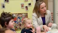 Vor Ort: Bundesfamilienministerin Kristina Schröder besucht einen jüdischen Kindergarten in Berlin