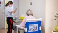 """Eine Mitarbeiterin eines mobilen Impfteams vom Robert-Bosch-Krankenhaus bereitet auf der Demenzstation vom Seniorenzentrum """"Melanchthonhaus"""" im Januar in Schwäbisch Gmünd Spritzen mit dem Impfstoff gegen Covid-19 vor."""