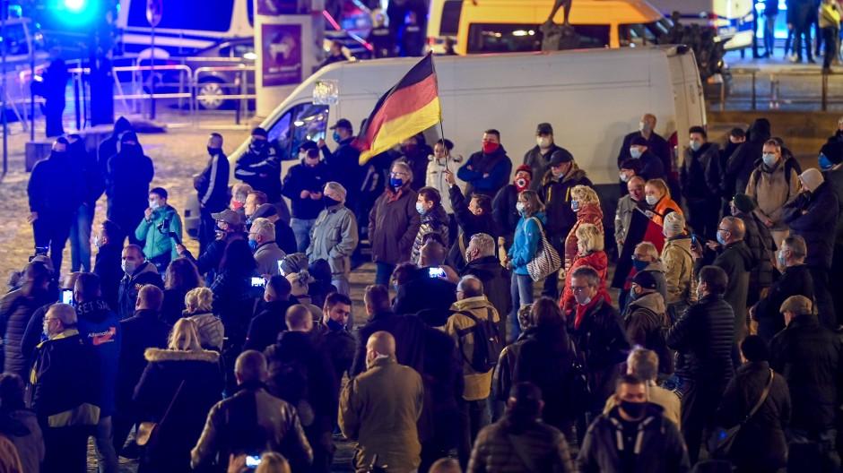 """Teilnehmer einer Kundgebung der AfD protestieren Mitte November unter dem Motto """"Stoppt die Corona-Diktatur"""" im Zentrum von Halle"""