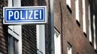 Die Staatsanwaltschaft Duisburg hat am Amtsgericht von Mühlheim Strafbefehl gegen fünf beschuldigte Polizisten beantragt. Ihnen wird unter anderem Volksverhetzung vorgeworfen.