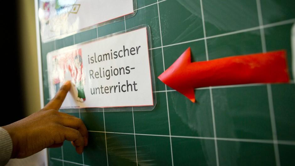 """Hinweis auf islamischen Religionsunterricht an einer Tafel in Frankfurt: Der Bayerische Landtag hat am Dienstag die Einführung eines Wahlpflichtfachs """"Islamischer Unterricht"""" beschlossen."""