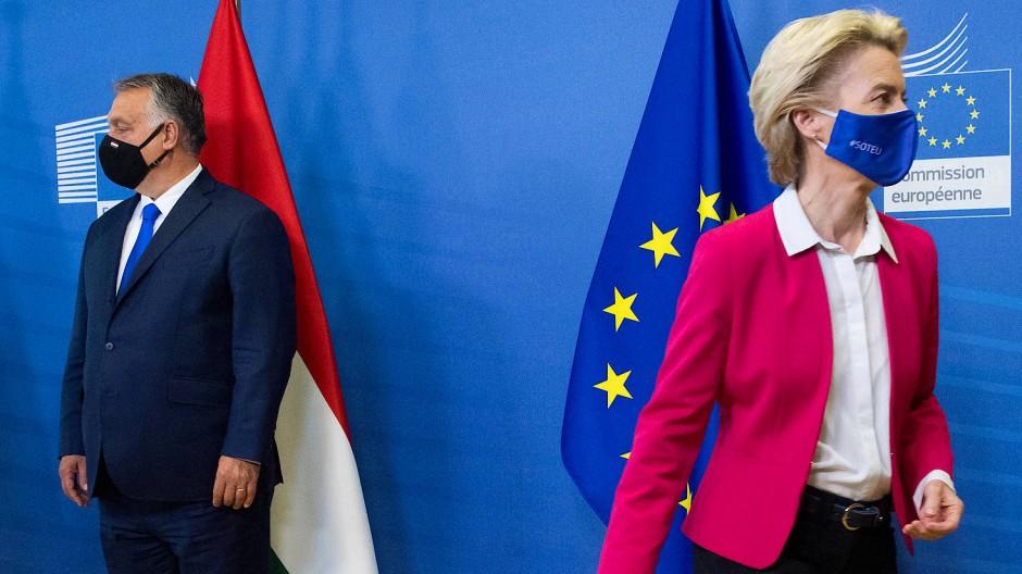 Der ungarische Ministerpräsident Viktor Orbán (links) und EU-Kommissionspräsidentin Ursula von der Leyen nehmen am 24. September 2020 in Brüssel an einem Treffen der Visegrad-Gruppe teil.