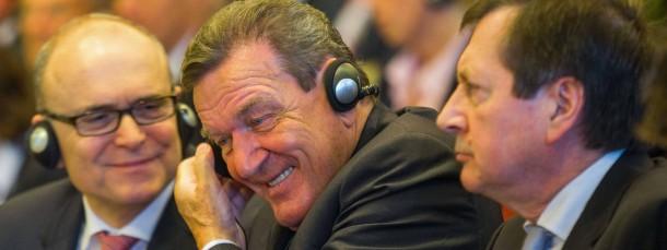 Heiß diskutiertes Treffen: Der Ministerpräsident von Mecklenburg-Vorpommern, Erwin Sellering (SPD), der frühere Bundeskanzler und heutige Aufsichtsratsvorsitzende bei der Gazprom-Tochter Nord Stream, Gerhard Schröder (SPD) und der russische Botschafter in Deutschland, Wladimir Grinin (von links)