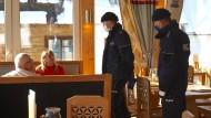 Polizisten kontrollieren am 18. Januar in einem Restaurant im polnischen Bukowina Tatrzanska