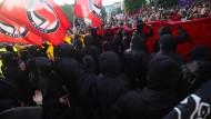 """Adieu, Kreuzberg: Bei den 1. Mai-Demonstrationen 2018 trafen Vertreter der linken und linksradikalen Szene noch auf die Besucher des beliebten """"Myfest"""". Dieses Jahr sollen die Demonstrationen in Friedrichshain stattfinden."""