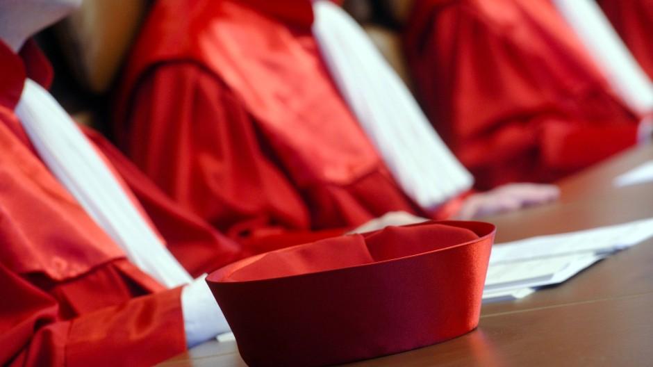 Eine Aufnahme aus dem Jahr 2010 zeigt die roten Roben der Richter in Karlsruhe.