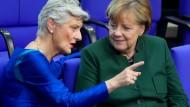 Grünen-Abgeordnete Marieluise Beck (l.) im Gespräch mit Angela Merkel