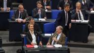Kleine und große Sticheleien: Die AfD-Fraktion, vorne die Vorsitzenden Alice Weidel und Alexander Gauland