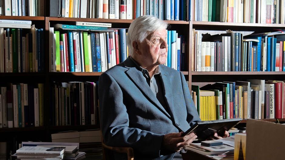 """""""Vor allem lernt man in der Politik, dass es Situationen gibt, in denen man ganz allein ist"""", sagt der ehemalige bayerische Kultusminister Hans Maier. Am 18. Juni wird er 90 Jahre alt."""