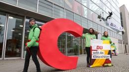 "Greenpeace-Aktivisten montieren ""C"" an CDU-Zentrale ab"