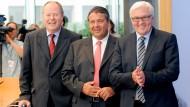 Wer tritt an, wer zurück und wer womöglich nach? Der frühere Bundesfinanzminister Peer Steinbrück, der SPD-Vorsitzende Sigmar Gabriel und der SPD-Fraktionsvorsitzende im Bundestag, Frank Walter Steinmeier (von links)