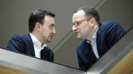 Zwei aus dem Merkel-Kritiker-Lager: Paul Ziemiak und Jens Spahn äußern sich positiv zur Personalentscheidung.