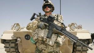 Soldaten im Einsatz loben Gewehr