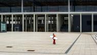 Jo, die schaffen das: Ein Bauarbeiter am Flughafen