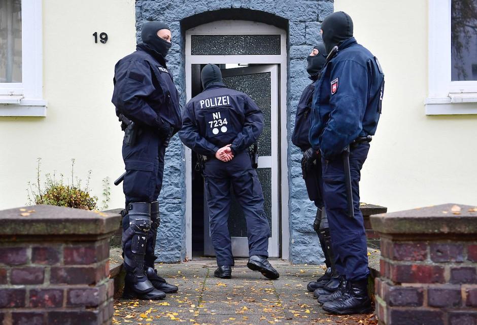 Polizeibeamte durchsuchen ein Haus in Hildesheim