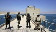 """Peschmerga-Kämpfer nach der Rückeroberung des Saddam-Staudamms vom """"Islamischen Staat"""" im August 2014"""