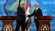 Partner im Kampf gegen IS: der deutsche Außenminister Frank-Walter Steinmeier (re.) zu Besuch in Bagdad bei seinem irakischen Amtskollegen  Ibrahim al-Jaafari.