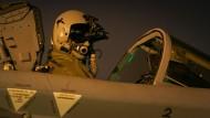 """Der Luftwaffen-Pilot eines Aufklärers vom Typ """"Tornado"""" vor den Start zu einer Nachtmission im Rahmen der Mission """"Counter Dash"""" in Incirlik, Türkei (Archivbild)."""