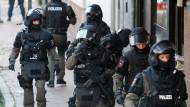 Abschluss monatelanger Ermittlungen: Spezialkräfte der Polizei in Hildesheim