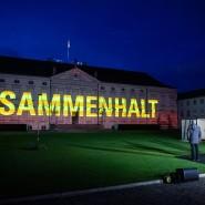 """Projekt """"Lichtblick"""" projiziert Bilder und Botschaften auf die Fassade von Schloss Bellevue."""