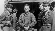 Der Kommandant des Konzentrations- und Vernichtungslagers Auschwitz-Birkenau, Rudolf Höß, im Juni 1946 auf dem Nürnberger Flughafen bei seiner Auslieferung an Polen.