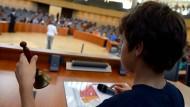 Anlässlich des Weltkindertages eröffnet ein Junge am 14. September 2014 im Plenarsaal des Nordrhein-Westfälischen Landtags in Düsseldorf die Sitzung.