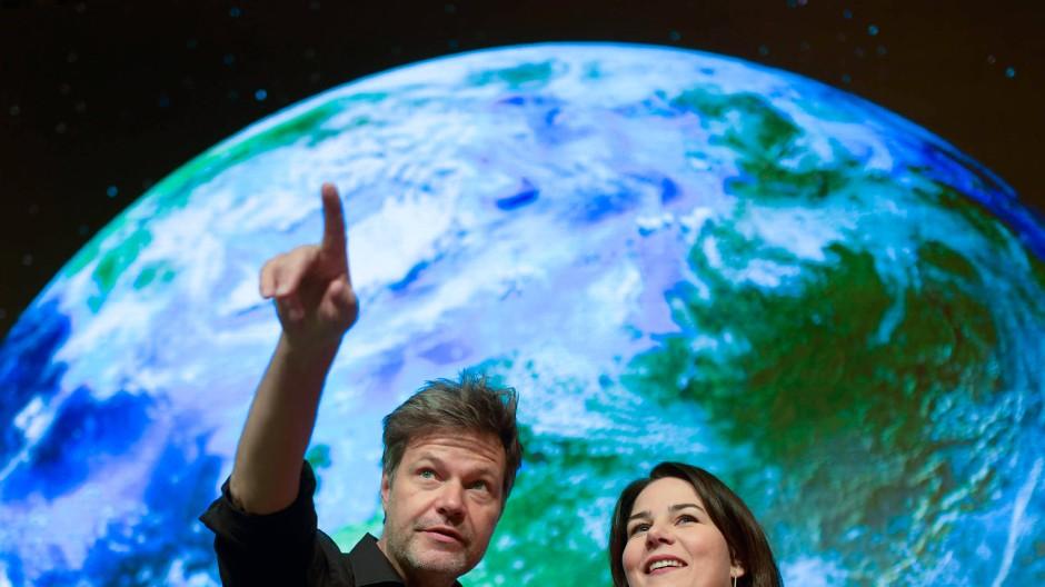 Annalena Baerbock und Robert Habeck im November 2019 vor der Kulisse des Parteitags.