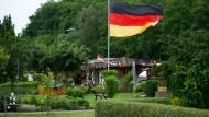 Ein Schrebergarten in Dortmund ist mit deutschen Fahnen und Fähnchen geschmückt.