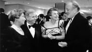 Ball des International Women's Club: Das Ehepaar Biedenkopf, die IWC-Präsidentin Maryan Herr und der Dirigent Kurt Masur im März 1992 in Frankfurt/Main