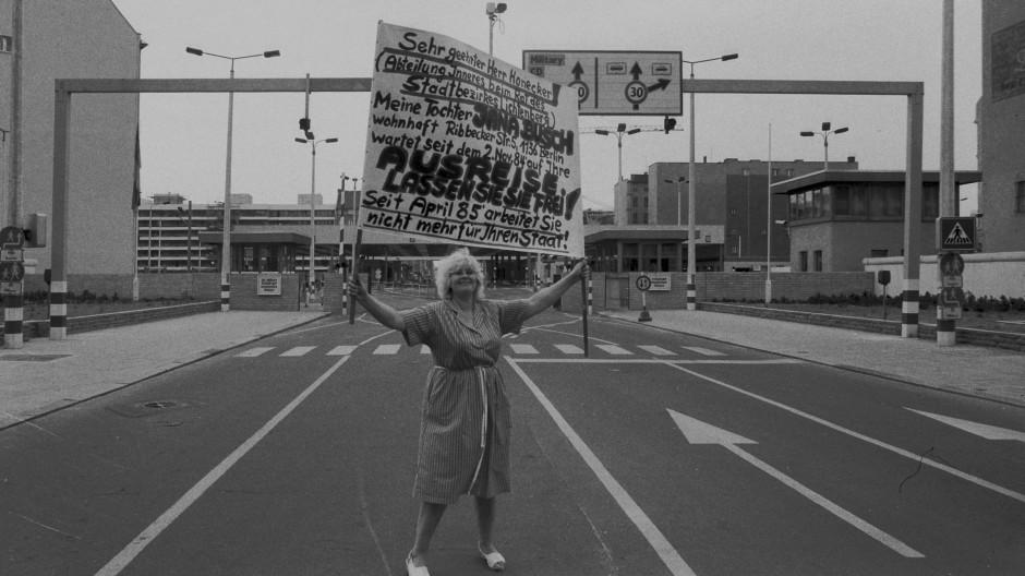 Einsamer Protest: Eine Mutter 1986 am Checkpoint Charlie in Berlin. Sie wartet auf ihre Tochter