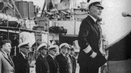 """Manöverkritik nach dem Flottenmanöver """"Wallenstein"""" 1959. Am Pult Konteradmiral Rolf Johannesson"""