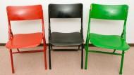Drei alte Stühle in den Farben rot, schwarz und grün aufgenommen am 6. Dezember 2012