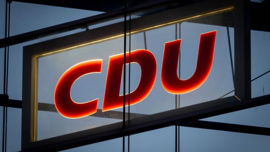 Das CDU-Logo leuchtet in der CDU-Zentrale, dem Konrad-Adenauer-Haus in Berlin.