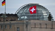 Die Flagge der Schweiz weht in Berlin auf dem Dach der Schweizer Botschaft