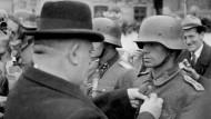 Jozef Tiso verleiht einem deutschen Feldwebel einen Orden (1944)