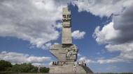 Besucher sitzen im Juni 2012 am Denkmal «Westerplatte» in Gdansk (Danzig). Die Westerplatte ist in Polen das Symbol des Widerstandes gegen das nationalsozialistische Deutschland. Am 1. September 1939 begann mit dem Beschuss dieses polnischen Stützpunktes der deutsche Angriff auf Polen.