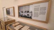 Vitrinen mit Büchern und gerahmte Fotos an der Wand erinnern bei der Einweihung des Fritz-Bauer-Saals im Landgericht in Frankfurt am Main am 17.05.2017 an das berufliche Wirken des Frankfurter Staatsanwalts.