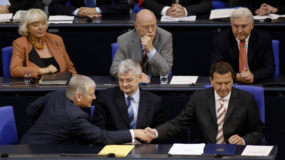 Allein unter Männern: Ministerin Renate Schmidt als Mitglied der Regierung von Kanzler Gerhard Schröder.