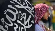 """Ein Teilnehmer der Kundgebung """"1. Islamischen Friedenskongress"""" der Salafisten am 09. Juni 2012 in Köln"""