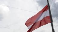 Die österreichische Flagge am 6. Juni 2011 vor der Altstadt von Salzburg