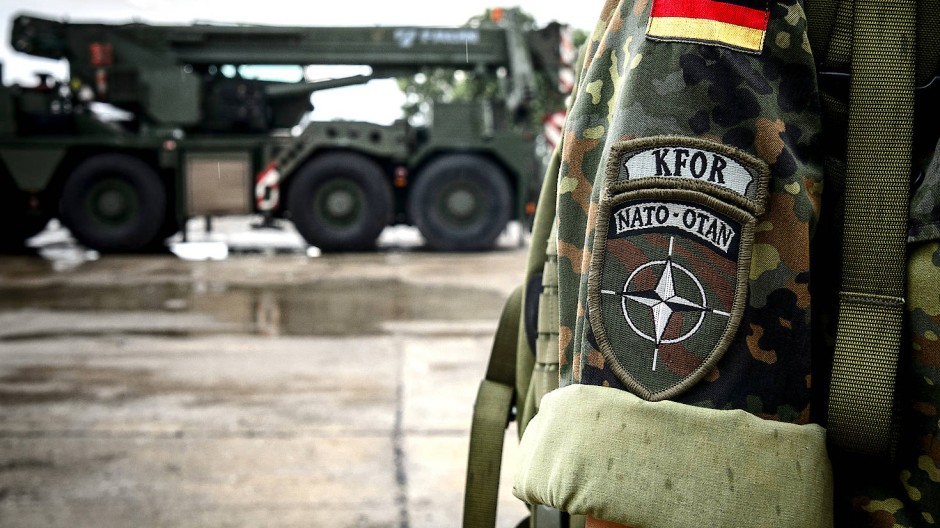 """""""KFOR Nato-Otan"""" steht auf dem Ärmelabzeichen einer Bundeswehrsoldatin der deutschen Kfor."""