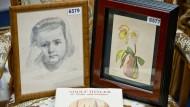 """Das Aquarell """"Blumenstillleben"""" und die Zeichnung """"Mädchenporträt, die Adolf Hitler zugeschrieben werden, sind am 12.06.2015 in einem Auktionshaus in Nürnberg zu sehen."""
