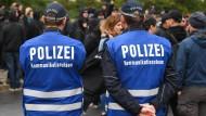 Zwei Polizisten vom Kommunikationsteam am 2. Oktober 2016 auf dem Nürnberger Platz in Dresden.