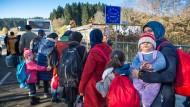 Flüchtlinge im November 2015 auf dem Weg von Österreich nach Deutschland
