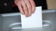 Stimmabgabe in einem Wahllokal am 11. März 2012
