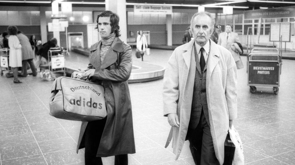 Was mag in den Taschen sein? Gerd Müller und Robert Schwan, der Macher des FC Bayern