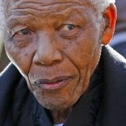 Der ehemalige Präsident von Südafrika, Nelson Mandela, nimmt an der Trauerfeier für seine Ur-Enkelin Zenani teil (Archivfoto vom 17.06.2010). Südafrikas ANC wird 100 Jahre alt.