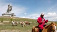 Nachbarn Russlands: Ein mongolischer Reiter vor einer Statue Dschingis Khans.